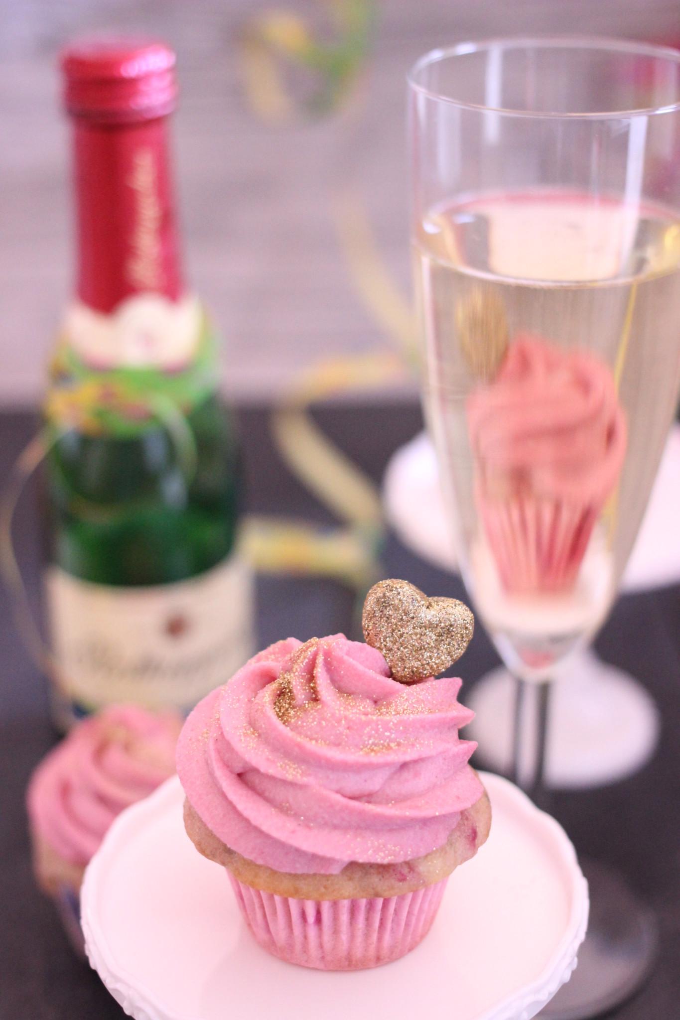 Himbeere Champagne Cupcakes Ein Prickelnder Geburtstag Sarahs Cakes